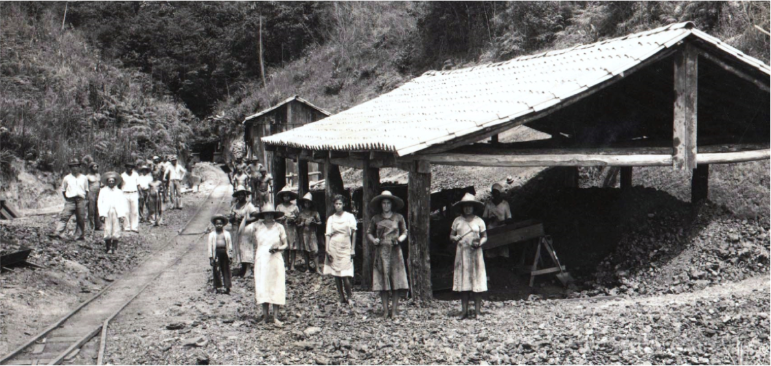 Coal mine workers (including women and children) in Criciúma (1938)